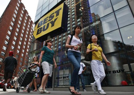 People walk past a Best Buy store in New York August 21, 2012. REUTERS/Brendan McDermid