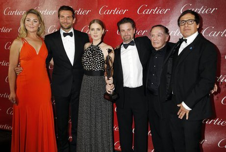 "Director David O. Russell (R) and the cast of his film ""American Hustle"", (from L to R) Elizabeth Rohm, Bradley Copper, Amy Adams, Shea Whig"