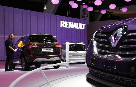 A worker cleans a Renault car at the European Motor Show in Brussels January 14, 2014. REUTERS/Francois Lenoir