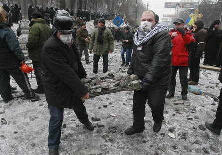 Demonstrators carry stones during a rally held by pro-European integration protesters in Kiev January 21, 2014. REUTERS/Gleb Garanich