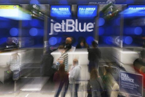 Passengers wait in line at the JetBlue ticket counter at Logan International Airport in Boston, Massachusetts January 6, 2014. REUTERS/Brian