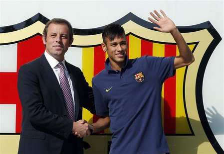 Brazilian soccer player Neymar (R) shakes hands with Barcelona's president Sandor Rosell after signing a five-year contract with FC Barcelon
