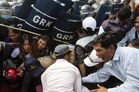 Protesters clash with riot policemen in Phnom Penh January 27, 2014. REUTERS/Samrang Pring