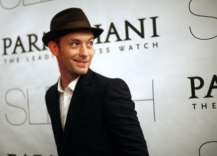"Actor Jude Law attends the premiere of ""Sleuth"" in New York, October 2, 2007. REUTERS/Eric Thayer"
