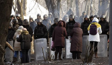 Ukranian women talk with riot police at the site of clashes in Kiev January 27, 2014. REUTERS/Vasily Fedosenko