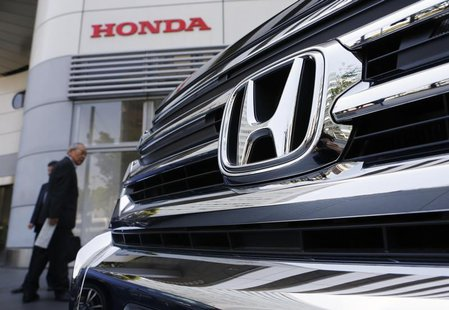Visitors look at a Honda Motor Co's car displayed outside the company showroom in Tokyo April 26, 2013. REUTERS/Yuya Shino