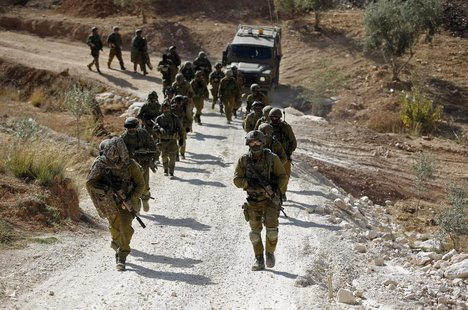 Israeli soldiers leave after an operation near the West Bank village of Bilin, near Ramallah October 22, 2013. REUTERS/Mohamad Torokman