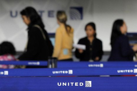 Customers of United wait in line to check in at Newark International airport in New Jersey, November 15, 2012. REUTERS/Eduardo Munoz