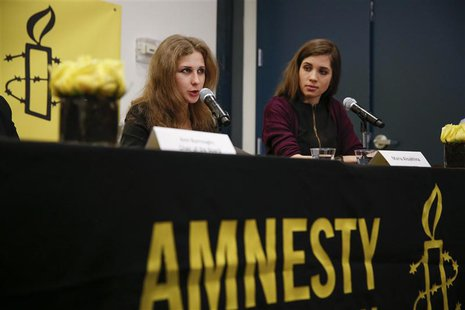 Russian punk rock band Pussy Riot members Nadezhda Tolokonnikova (R) and Maria Alyokhina hold a news conference in New York February 4, 2014