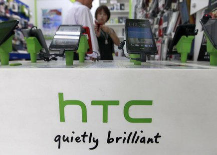 Customers look at HTC smartphones in a mobile phone shop in Taipei July 30, 2013. REUTERS/Pichi Chuang