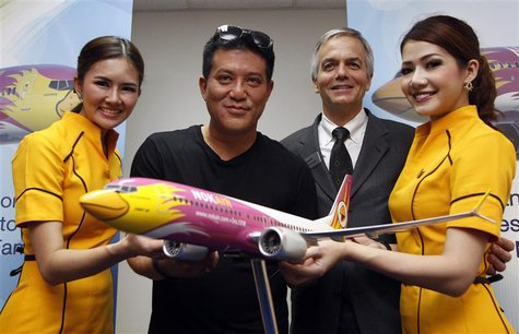 Thai budget airlines Nok Air's Chief Executive Officer Patee Sarasin (2nd L) poses with Boeing's Senior Vice President of Global Sales of Co