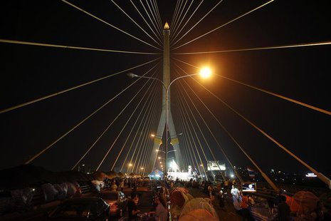 Anti-government protesters camp on Rama VIII bridge in Bangkok February 4, 2014. REUTERS/Athit Perawongmetha