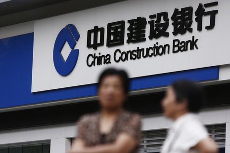 Residents stand outside a branch of the China Construction Bank (CCB) in Shanghai, August 26, 2013. REUTERS/Aly Song