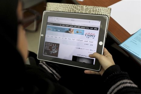 A Saudi woman explores a website on her tablet in Riyadh February 11, 2014. REUTERS/Faisal Al Nasser