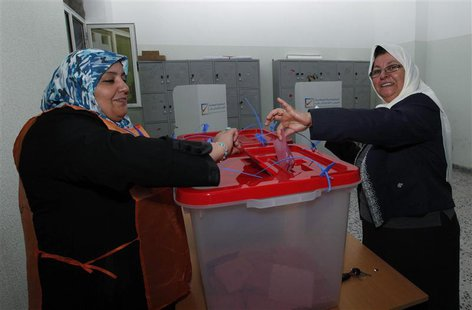 A woman casts her ballot during a vote to elect a constitution-drafting panel in Tripoli February 20, 2014. REUTERS/Ismail Zitouny