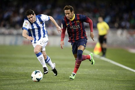 Barcelona's Neymar (R) fights for the ball with Real Sociedad's Zaldua during their Spanish first division soccer match at Anoeta stadium in
