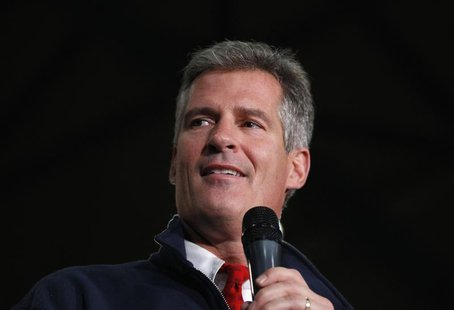 Senator Scott Brown (R-MA) pauses as he addresses supporters during a campaign rally in Wakefield, Massachusetts November 1, 2012. REUTERS/J