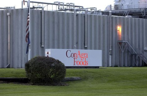 Exterior view of the ConAgra Foods Inc. plant in Kansas City, Kansas where a fatal shooting occurred, July 2, 2004. REUTERS/Dave Kaup DK/GN