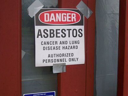 Photo of Bauer Elementary Miamisburg, Ohio. Asbestos Warning! By Ktorbeck [Public domain], via Wikimedia Commons