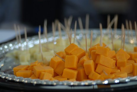 Cheddar cheese cubes at the Public tasting event of the San Francisco Chronicle Wine Competition 2010. Festival Pavilion, Fort Mason Center, San Francisco, California. The background features the Golden Gate Bridge By Guillaume Paumier (Own work) [CC-BY-SA-3.0 (http://creativecommons.org/licenses/by-sa/3.0)], via Wikimedia Commons