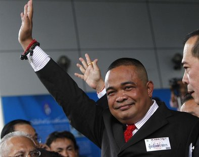 "Thai ""Red Shirt"" leader Jatuporn Prompan waves at cheering supporters as he arrives at a criminal court in Bangkok August 22, 2012. REUTERS/"