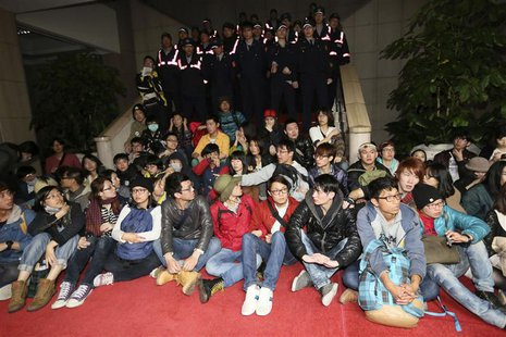 Students protest inside Taiwan's Executive Yuan in Taipei, March 23, 2014. REUTERS/Cheng Ko