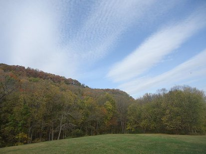 View of the Effigy Mounds Hill from visitor Center By Archbob (http://www.goodfreephotos.com) [CC0], via Wikimedia Commons