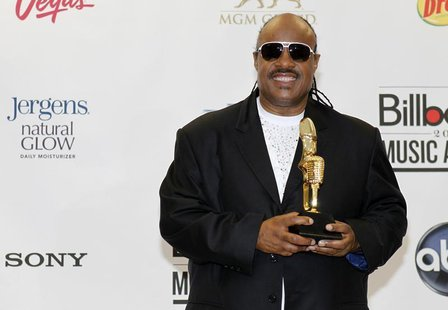 Stevie Wonder poses with the Billboard Icon Award backstage at the 2012 Billboard Music Awards held at the MGM Grand Garden Arena in Las Veg