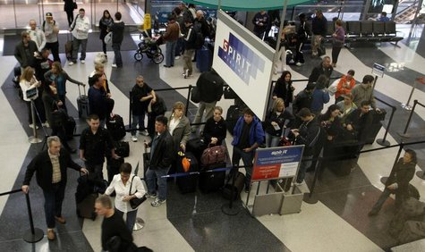 Passengers wait in line at the Spirit Airlines ticket counter at the O'Hare International Airport in Chicago November 24, 2010. REUTERS/Fran