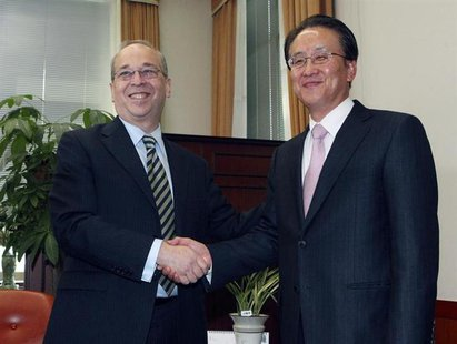 U.S. Assistant Secretary of State for East Asian and Pacific Affairs Daniel Russel (L) shakes hands with his South Korean counterpart Lee Ky