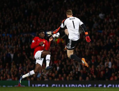 Bayern Munich's Manuel Neuer (R) is challenged by Manchester United's Danny Welbeck during their Champions League quarter-final first leg so