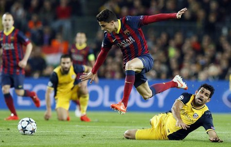 Atletico Madrid's Diego Costa (R) and Barcelona's Marc Bartra fight for the ball during their Champions League quarter-final first leg socce