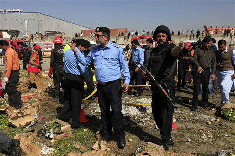 Police officials and rescue workers gather at the site of a bomb blast in a vegetable and fruit market in Islamabad April 9, 2014. REUTERS/M