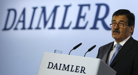 Daimler's chairman of the advisory board Manfred Bischoff addresses the annual shareholder meeting in Berlin April 9, 2008. REUTERS/Fabrizio