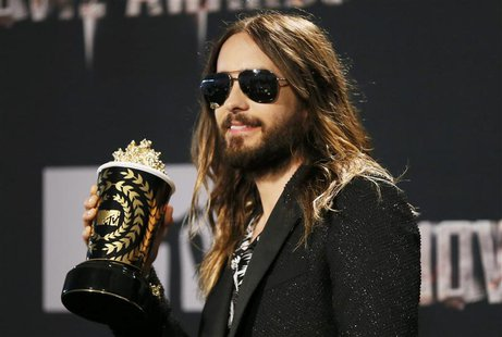 "Actor Jared Leto poses backstage with the award for Best Onscreen Transformation for ""Dallas Buyers Club"" at the 2014 MTV Movie Awards in Lo"