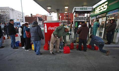 Customers wait in line for fuel at a Hess gas station in Brooklyn, New York November 9, 2012. REUTERS/Brendan McDermid