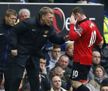 Manchester United manager David Moyes (L) talks to Wayne Rooney during their English Premier League soccer match against Everton at Goodison