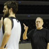 Minnesota Timberwolves head coach Rick Adelman (R) gestures during a practice session in Mexico City, December 3, 2013. REUTERS/Edgard Garri