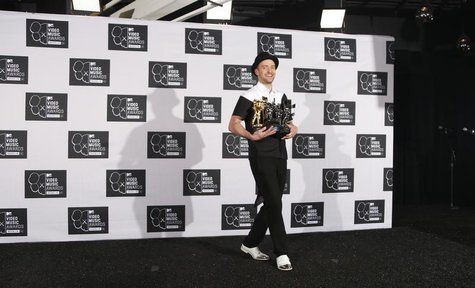 Justin Timberlake poses with his multiple Moonman awards during the 2013 MTV Video Music Awards in New York August 25, 2013. REUTERS/Carlo A