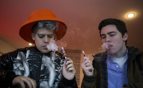 Customers puff on e-cigarettes at the Henley Vaporium in New York City December 18, 2013. REUTERS/Mike Segar