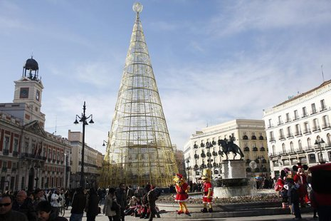 People shop in Madrid's Puerta del Sol square December 23, 2013. REUTERS/Juan Medina