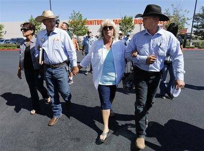 Sisters of Cliven Bundy, Lillie Spencer (L) and Margaret Houston (R) walk with Bundy's sons Ammon (L) and Ryan (R) to file criminal complain