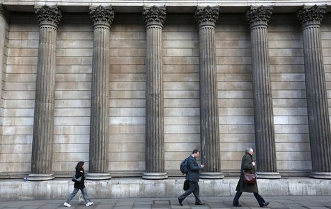 Pedestrians walk past the Bank of England in the City of London January 28, 2014. REUTERS/Paul Hackett