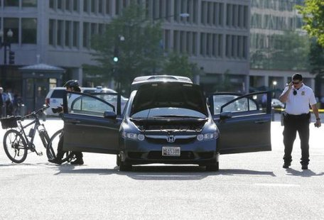 Members of the Uniformed Division of the Secret Service investigate an unauthorized vehicle outside the White House gates in Washington May 6, 2014. CREDIT: REUTERS/JONATHAN ERNST