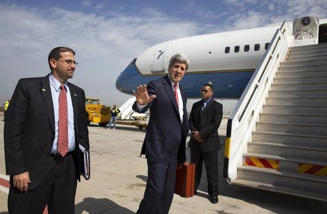 U.S. Secretary of State John Kerry says goodbye to U.S. Ambassador to Israel Daniel Shapiro (L) as he leaves Tel Aviv April 1, 2014. REUTERS