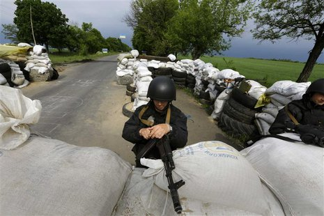 A Ukrainian Interior Ministry officer mans a checkpoint outside the eastern Ukrainian village of Bylbasivka May 14, 2014. REUTERS/Yannis Beh