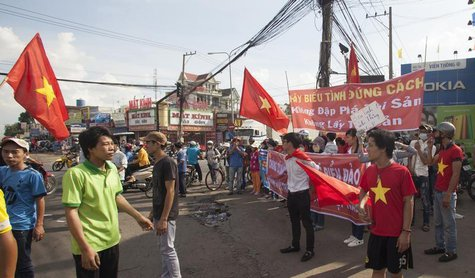 Workers wave Vietnamese national flags during a protest at an industrial zone in Binh Duong province May 14, 2014. REUTERS/Stringer