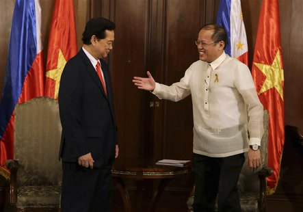 Philippines' President Benigno Aquino (R) prepares to shake hands with Vietnam's Prime Minister Nguyen Tan Dung during his courtesy call at