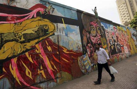 A man walks past a graffiti in Cairo May 21, 2014. REUTERS/Amr Abdallah Dalsh