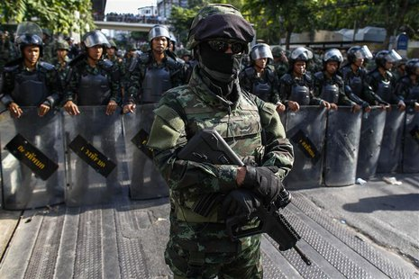 Thai soldiers stand guard as they block a street during a protest against military rule in central Bangkok May 24, 2014. REUTERS/Athit Peraw